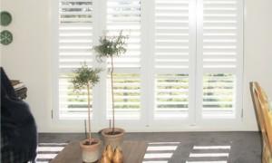 Door style shutters kunt u in uw interieurspelen met licht.
